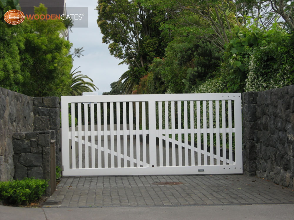 """#ME06- Single swing white Mezzo drive gate<br /><span>Mezzo 06</span><br /><a href=""""/enquiry/?about=ME06- Single swing white Mezzo drive gate"""">ENQUIRE ABOUT THIS >></a><br /><a href=""""#""""  data-id=""""https://woodengates2-px.rtrk.co.nz/i/CityGates/IMG_2502_7_1.JPG"""" class=""""print-this-image"""">PRINT THIS IMAGE >></a><span class=""""ug-icon-favorite """" data-id=""""2132"""" id=""""spanFavorite2132"""" title=""""Add to My list""""></span>"""