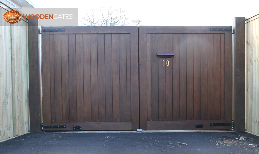 """#CIT04- Sikkens stained City cedar gates with letterbox <br /><span>City 04</span><br /><a href=""""/enquiry/?about=CIT04- Sikkens stained City cedar gates with letterbox """">ENQUIRE ABOUT THIS >></a><br /><a href=""""#""""  data-id=""""https://woodengates2-px.rtrk.co.nz/i/CityGates/IMG_8726.JPG"""" class=""""print-this-image"""">PRINT THIS IMAGE >></a><span class=""""ug-icon-favorite """" data-id=""""2101"""" id=""""spanFavorite2101"""" title=""""Add to My list""""></span>"""