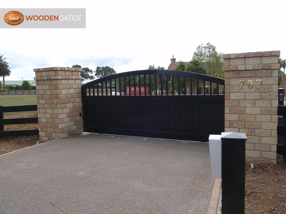 """#AT01- Black painted Cedar sliding gate<br /><span>Athena 01</span><br /><a href=""""/enquiry/?about=AT01- Black painted Cedar sliding gate"""">ENQUIRE ABOUT THIS >></a><br /><a href=""""#""""  data-id=""""https://www.woodengates.co.nz/i/CityGates/P4010412.JPG"""" class=""""print-this-image"""">PRINT THIS IMAGE >></a><span class=""""ug-icon-favorite """" data-id=""""2092"""" id=""""spanFavorite2092"""" title=""""Add to My list""""></span>"""