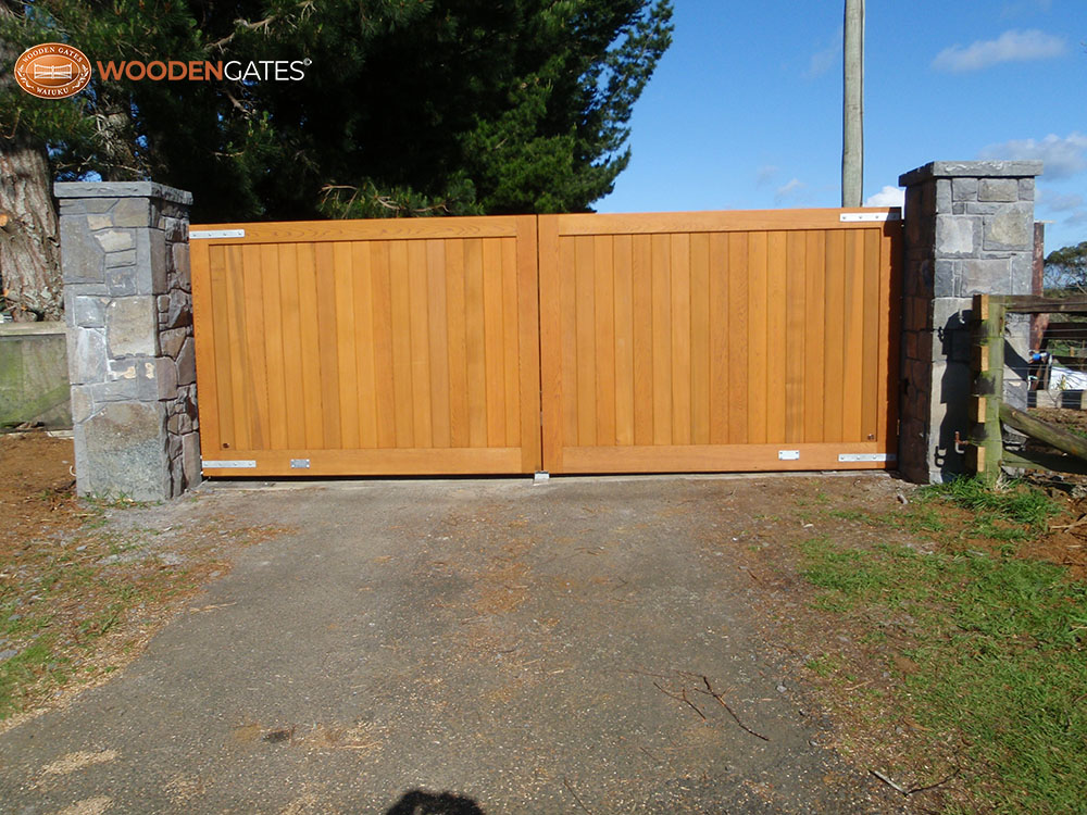 """#CIT02- Stained Cedar double City gates<br /><span>City 02</span><br /><a href=""""/enquiry/?about=CIT02- Stained Cedar double City gates"""">ENQUIRE ABOUT THIS >></a><br /><a href=""""#""""  data-id=""""https://woodengates2-px.rtrk.co.nz/i/CityGates/PA160097.JPG"""" class=""""print-this-image"""">PRINT THIS IMAGE >></a><span class=""""ug-icon-favorite """" data-id=""""2099"""" id=""""spanFavorite2099"""" title=""""Add to My list""""></span>"""
