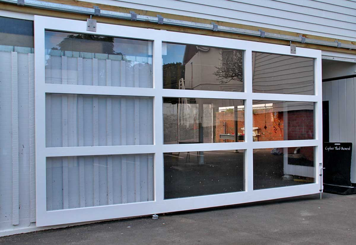 """Hanging Door - Child Centre<br /><a href=""""/enquiry/?about=Hanging Door - Child Centre"""">ENQUIRE ABOUT THIS >></a><br /><a href=""""#""""  data-id=""""https://woodengates2-px.rtrk.co.nz/i/Images/CommercialGallery/BigDoor.jpg"""" class=""""print-this-image"""">PRINT THIS IMAGE >></a><span class=""""ug-icon-favorite """" data-id=""""16"""" id=""""spanFavorite16"""" title=""""Add to My list""""></span>"""
