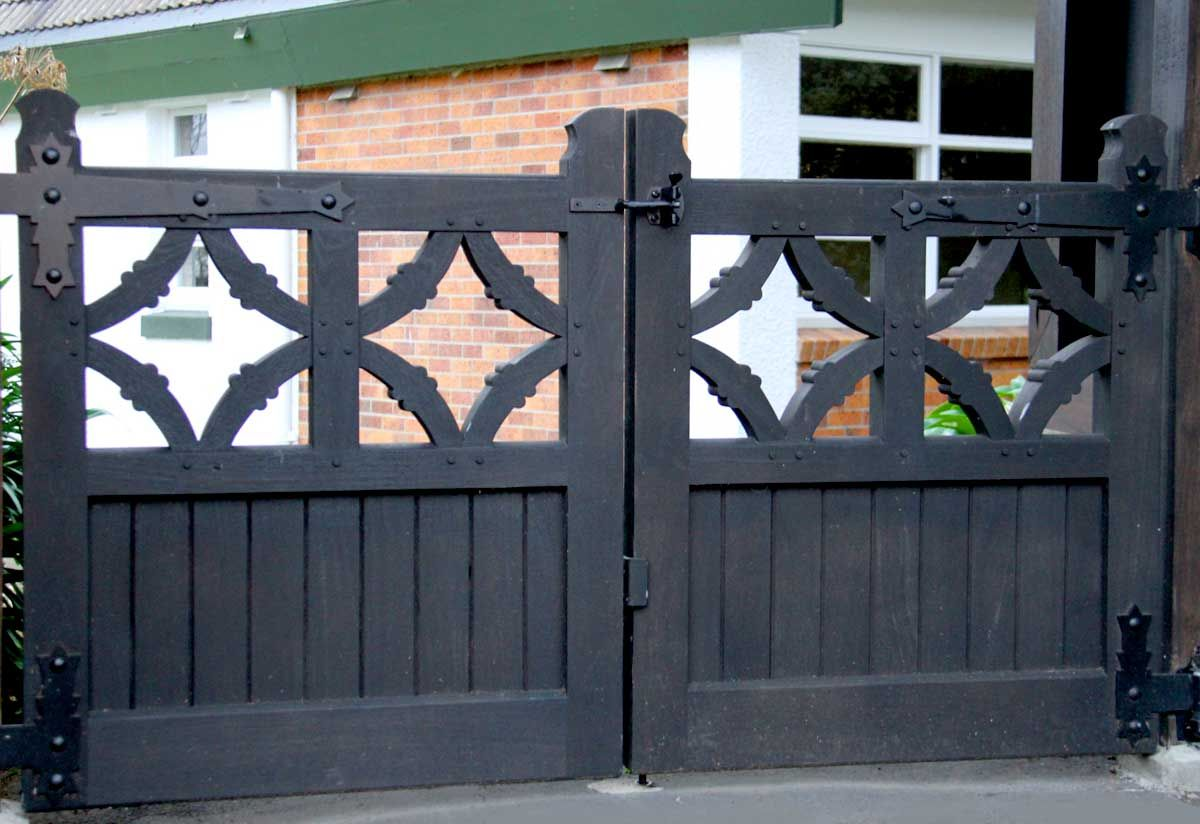 """Replacement historic gates in Jarah<br /><a href=""""/enquiry/?about=Replacement historic gates in Jarah"""">ENQUIRE ABOUT THIS >></a><br /><a href=""""#""""  data-id=""""https://woodengates2-px.rtrk.co.nz/i/Images/CommercialGallery/HeavyGate.jpg"""" class=""""print-this-image"""">PRINT THIS IMAGE >></a><span class=""""ug-icon-favorite """" data-id=""""24"""" id=""""spanFavorite24"""" title=""""Add to My list""""></span>"""