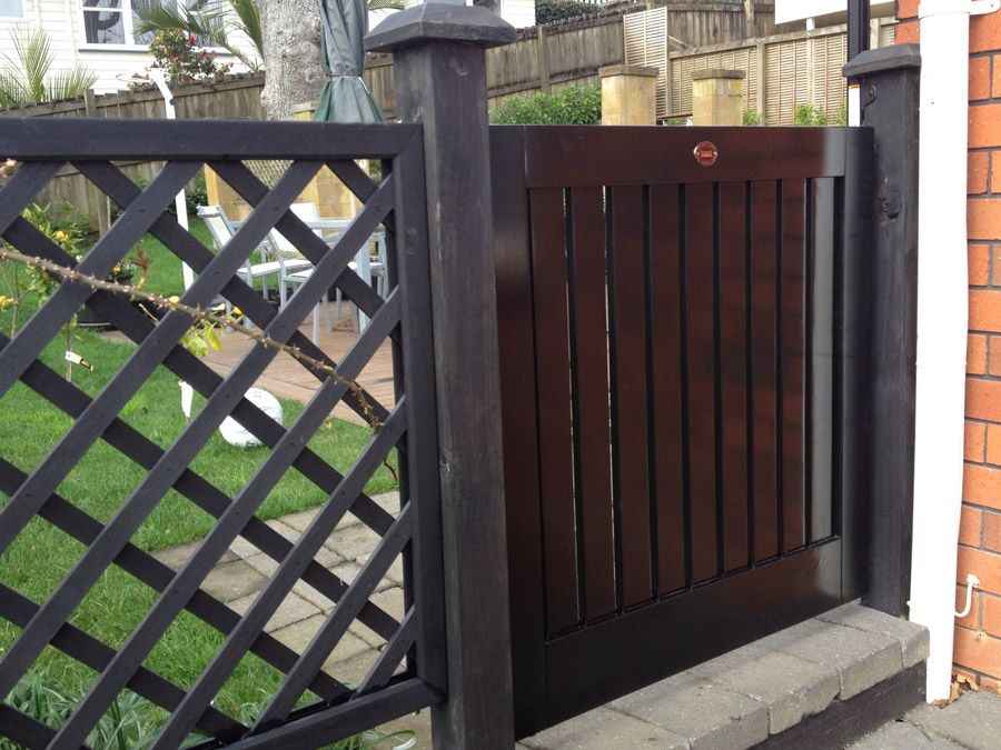 """Metro 09 Child Security Gate<br /><span>Metro 09</span><br /><a href=""""/enquiry/?about=Metro 09 Child Security Gate"""">ENQUIRE ABOUT THIS >></a><br /><a href=""""#""""  data-id=""""https://www.woodengates.co.nz/i/Images/GateZ/Gatez10.jpg"""" class=""""print-this-image"""">PRINT THIS IMAGE >></a><span class=""""ug-icon-favorite """" data-id=""""858"""" id=""""spanFavorite858"""" title=""""Add to My list""""></span>"""