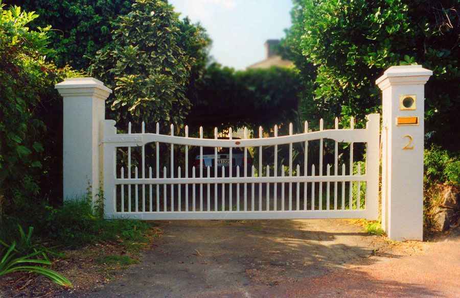Colonial wooden gates fences driveway gates wooden gate for Colonial fence designs