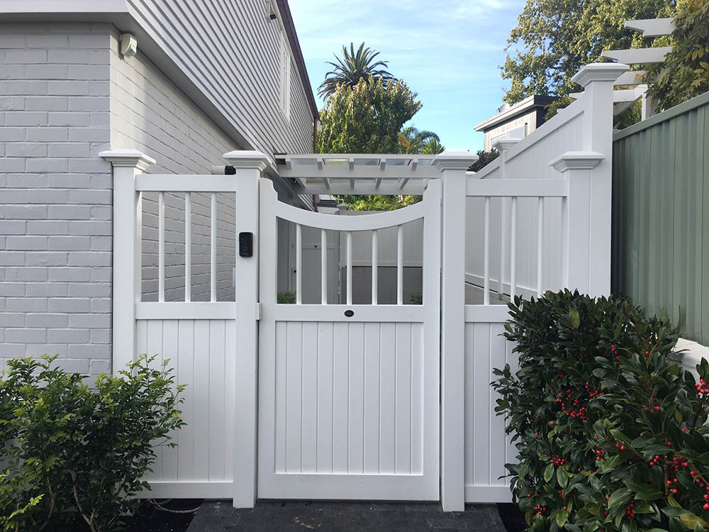 """#BU01_ Bungalow gate with matching fence panel<br /><span>Bungalow 01</span><br /><a href=""""/enquiry/?about=BU01_ Bungalow gate with matching fence panel"""">ENQUIRE ABOUT THIS >></a><br /><a href=""""#""""  data-id=""""https://woodengates2-px.rtrk.co.nz/i/Traditional/Bungalow19623.jpg"""" class=""""print-this-image"""">PRINT THIS IMAGE >></a><span class=""""ug-icon-favorite """" data-id=""""2331"""" id=""""spanFavorite2331"""" title=""""Add to My list""""></span>"""