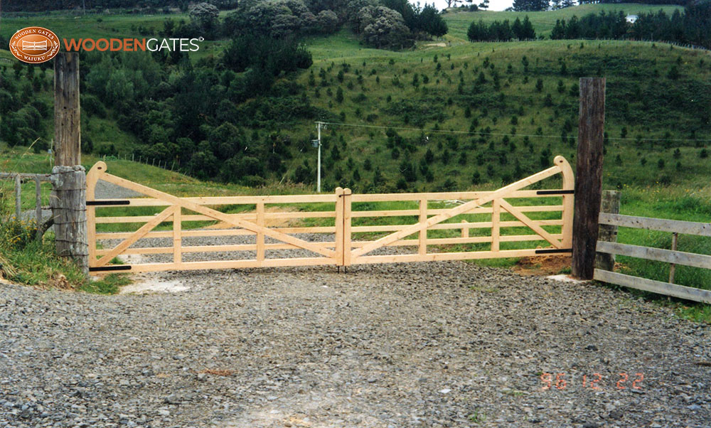 """#SUD03- Very wide natural finish Surrey Deluxe gates on a farm<br /><span>Surrey Deluxe 03</span><br /><a href=""""/enquiry/?about=SUD03- Very wide natural finish Surrey Deluxe gates on a farm"""">ENQUIRE ABOUT THIS >></a><br /><a href=""""#""""  data-id=""""https://woodengates2-px.rtrk.co.nz/i/countryupload/GSDDN0100.jpg"""" class=""""print-this-image"""">PRINT THIS IMAGE >></a><span class=""""ug-icon-favorite """" data-id=""""2080"""" id=""""spanFavorite2080"""" title=""""Add to My list""""></span>"""