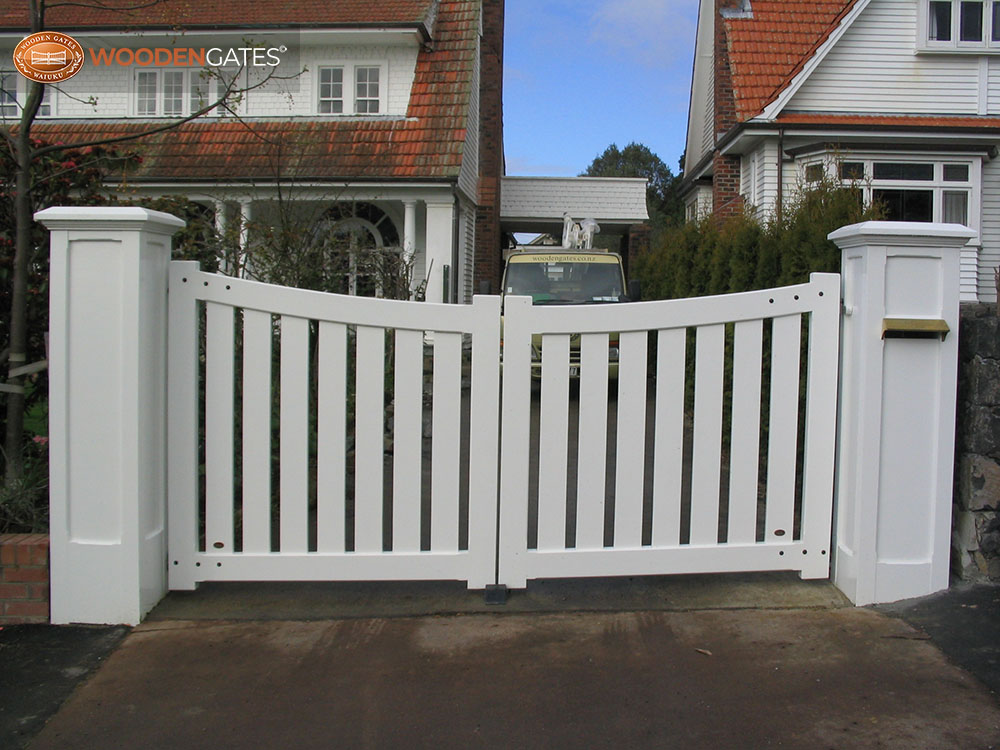 """#SE03- White Seymour driveway gates on Wooden gates feature pillars<br /><span>Seymour 03</span><br /><a href=""""/enquiry/?about=SE03- White Seymour driveway gates on Wooden gates feature pillars"""">ENQUIRE ABOUT THIS >></a><br /><a href=""""#""""  data-id=""""https://woodengates2-px.rtrk.co.nz/i/countryupload/GSEDP2998.JPG"""" class=""""print-this-image"""">PRINT THIS IMAGE >></a><span class=""""ug-icon-favorite """" data-id=""""2067"""" id=""""spanFavorite2067"""" title=""""Add to My list""""></span>"""