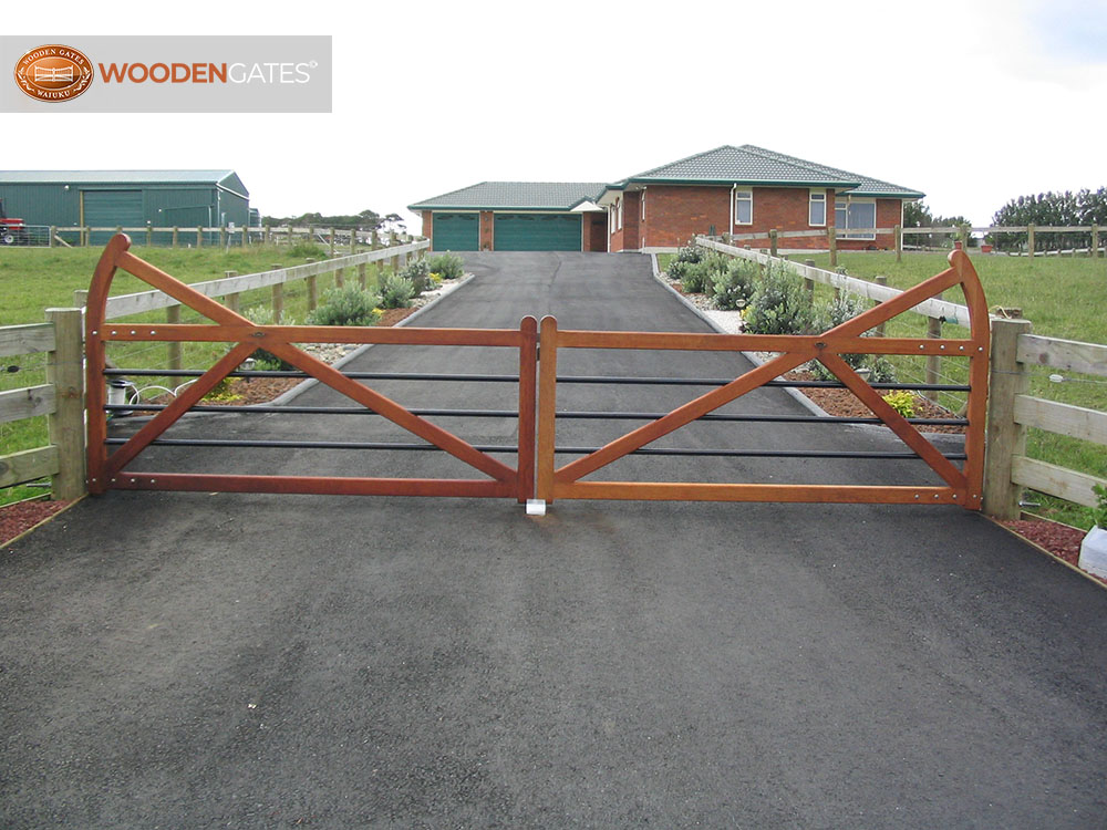 """#SU03- An open entrance to an open property- Surrey gates<br /><span>Surrey 03</span><br /><a href=""""/enquiry/?about=SU03- An open entrance to an open property- Surrey gates"""">ENQUIRE ABOUT THIS >></a><br /><a href=""""#""""  data-id=""""https://woodengates2-px.rtrk.co.nz/i/countryupload/GSUDN.JPG"""" class=""""print-this-image"""">PRINT THIS IMAGE >></a><span class=""""ug-icon-favorite """" data-id=""""2076"""" id=""""spanFavorite2076"""" title=""""Add to My list""""></span>"""