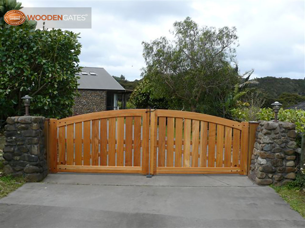"""#SO01-Cedar Somerset drive gates in Whitianga<br /><span>Somerset 01</span><br /><a href=""""/enquiry/?about=SO01-Cedar Somerset drive gates in Whitianga"""">ENQUIRE ABOUT THIS >></a><br /><a href=""""#""""  data-id=""""https://woodengates2-px.rtrk.co.nz/i/countryupload/SomersetWhitianga.JPG"""" class=""""print-this-image"""">PRINT THIS IMAGE >></a><span class=""""ug-icon-favorite """" data-id=""""2071"""" id=""""spanFavorite2071"""" title=""""Add to My list""""></span>"""