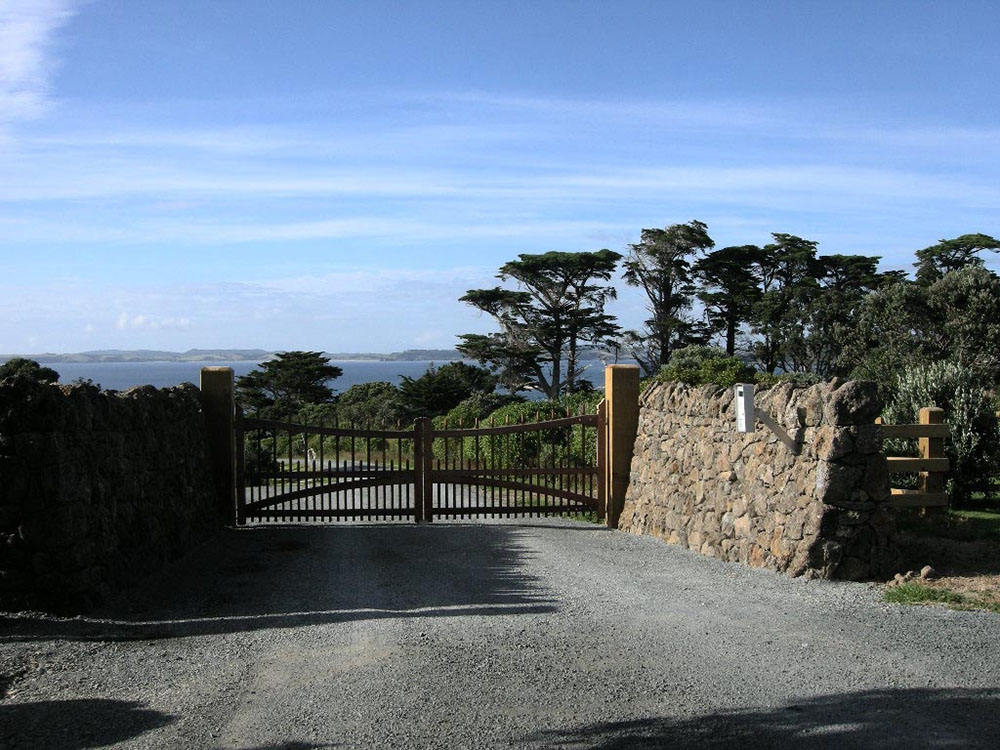 """#AC09_ Overlooking Lake Taupo<br /><span>Arched Colonial 09</span><br /><a href=""""/enquiry/?about=AC09_ Overlooking Lake Taupo"""">ENQUIRE ABOUT THIS >></a><br /><a href=""""#""""  data-id=""""https://woodengates2-px.rtrk.co.nz/i/missingphotos/ArchedColonial3.jpg"""" class=""""print-this-image"""">PRINT THIS IMAGE >></a><span class=""""ug-icon-favorite """" data-id=""""2418"""" id=""""spanFavorite2418"""" title=""""Add to My list""""></span>"""