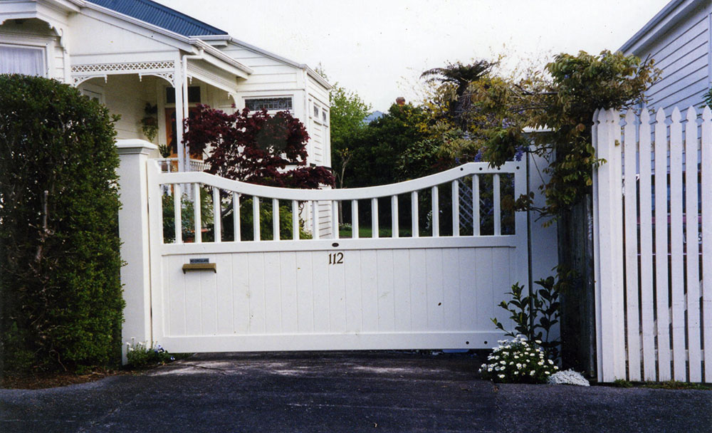 """#SH05_ Nice pair of White Sherwood gates<br /><span>Sherwood 05</span><br /><a href=""""/enquiry/?about=SH05_ Nice pair of White Sherwood gates"""">ENQUIRE ABOUT THIS >></a><br /><a href=""""#""""  data-id=""""https://woodengates2-px.rtrk.co.nz/i/missingphotos/GSHCP0002.jpg"""" class=""""print-this-image"""">PRINT THIS IMAGE >></a><span class=""""ug-icon-favorite """" data-id=""""2489"""" id=""""spanFavorite2489"""" title=""""Add to My list""""></span>"""
