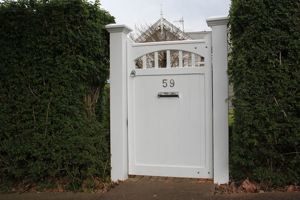 """#HA06_ Another nice Hampton entrance<br /><span>Hampton 06</span><br /><a href=""""/enquiry/?about=HA06_ Another nice Hampton entrance"""">ENQUIRE ABOUT THIS >></a><br /><a href=""""#""""  data-id=""""https://woodengates2-px.rtrk.co.nz/i/missingphotos/Hampton3.jpg"""" class=""""print-this-image"""">PRINT THIS IMAGE >></a><span class=""""ug-icon-favorite """" data-id=""""2452"""" id=""""spanFavorite2452"""" title=""""Add to My list""""></span>"""