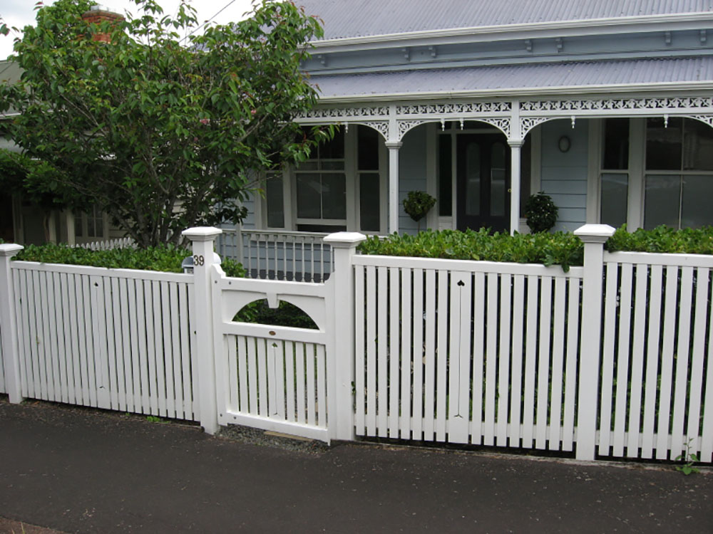 "#10 Bradford Fence- old style<br /><span>Bradford Fence 10</span><br /><a href=""/enquiry/?about=10 Bradford Fence- old style"">ENQUIRE ABOUT THIS >></a><span class=""ug-icon-favorite "" data-id=""2535"" id=""spanFavorite2535"" title=""Add to My list""></span>"