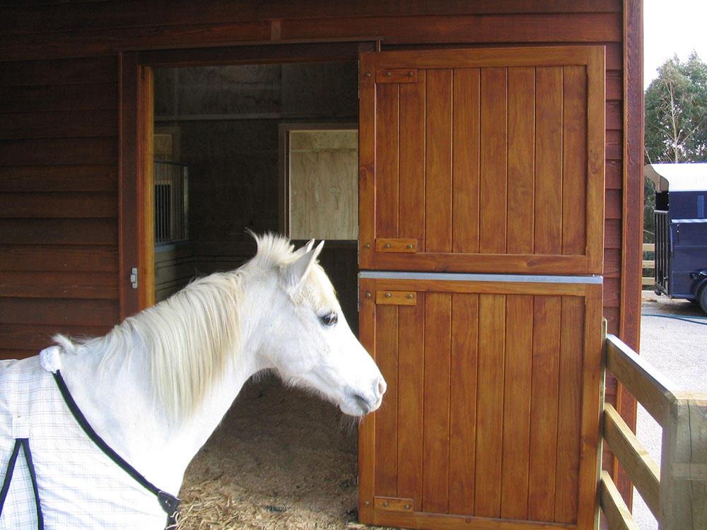 """stables2<br /><span>Stables 05</span><br /><a href=""""/enquiry/?about=stables2"""">ENQUIRE ABOUT THIS >></a><br /><a href=""""#""""  data-id=""""https://woodengates2-px.rtrk.co.nz/i/missingphotos/stables2.jpg"""" class=""""print-this-image"""">PRINT THIS IMAGE >></a><span class=""""ug-icon-favorite """" data-id=""""2557"""" id=""""spanFavorite2557"""" title=""""Add to My list""""></span>"""